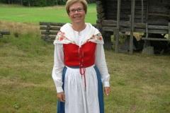 Ebba von Krogh visar sin Dalslandsdräkt