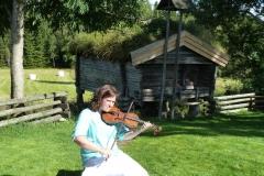 Ylva Kadin spelar fiol